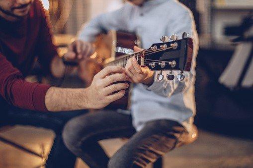 Jouer de la guitare, un véritable art